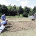 Aussaat der Blumenwiese im Juni 2020 mit Unterstützung des Landwirts Christoph Rockenfeller aus Heddesdorf